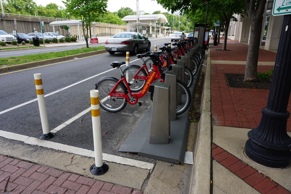 Capital_Bikeshare_station_at_South_Quincy_Street;_Shirlington,_Arlington,_VA;_2014-05-17 by By Emw via Wikimedia Commons